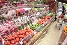 Покупатель в супермаркете в Москве 3 июня 2011 года. Потребительские цены в России с 30 августа по 5 сентября 2016 года не изменились, показав нулевой прирост, также как и на предыдущей неделе, сообщил Росстат в среду.  REUTERS/Alexander Natruskin