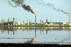Вид на НПЗ в Басре 20 мая 2004 года. Цены на нефть выросли более чем на 1 процент в среду в ходе волатильных торгов, в то время как рынок оценивал перспективу повышения поставок на фоне возможного соглашения ведущих мировых производителей о заморозке добычи. Zohra Bensemra / Reuters