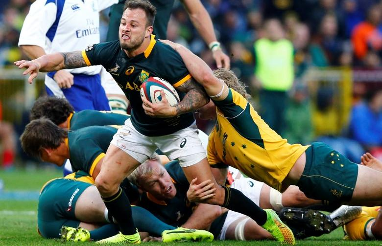South Africa's Francois Hougaard is tackled by Australia's Michael Hooper during their Rugby Championship match in Cape Town, September 27, 2014.  REUTERS/Mike Hutchings