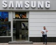 Samsung Electronics va vendre la moitié de sa participation dans le groupe néerlandais ASML, numéro deux mondial des équipements de production de semi-conducteurs. Le géant technologique sud-coréen se défait de quelque 6,3 millions de titres ASML pour environ 606 millions d'euros. /Photo prise le 11 mai 2016/REUTERS/Valentyn Ogirenko