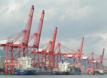 Les exportations chinoises ont reculé moins que prévu en août, tandis que les importations ont surpris avec une hausse inédite, montrent les chiffres officiels publiés jeudi. Les exportations ont ainsi baissé de 2,8% sur un an en août et les importations ont signé leur première progression en 22 mois, de 1,5%. /Photo prise le 8 août 2016/REUTERS/China Daily
