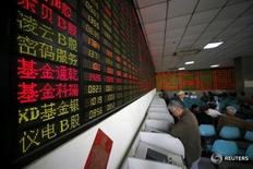 Инвесторы в брокерской конторе в Шанхае 21 апреля 2016 года. Китайские акции завершили сессию без существенных колебаний, поскольку ослабление надежд на дополнительную денежно-кредитную поддержку экономики затмило положительные данные о торговле. REUTERS/Aly Song/File Photo