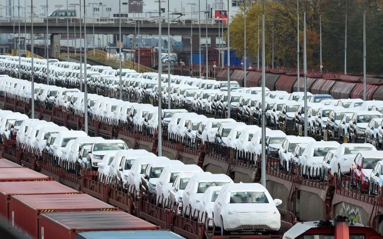 Volkswagen cars are loaded on trains at the truck gate ''Fallersleben'' at the Volkswagen headquarters in Wolfsburg, Germany, November 9, 2015. REUTERS/Fabian Bimmer/File Photo