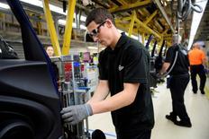 Trabajadores ensamblan autos en una planta en Cowley, cerca de Oxford, Reino Unidos. 20 de junio de 2016. El crecimiento seguirá desacelerándose en Gran Bretaña tras la sorpresiva decisión en un referendo de abandonar la Unión Europea para luego estabilizarse alrededor de un ritmo más lento hacia fin de año, dijo el jueves la OCDE al publicar su indicador económico mensual. REUTERS/Leon Neal/Pool/File Photo