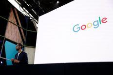 Sundar Pichai, le patron de Google. Alphabet, la maison mère du moteur de recherche, a obtenu deux semaines supplémentaires pour répondre aux accusations de l'Union européenne selon lesquelles le géant technologique tire parti de la position dominante de son système d'exploitation pour appareils mobiles Android pour barrer la route à des concurrents. /Photo prise le 18 mai 2016/REUTERS/Stephen Lam