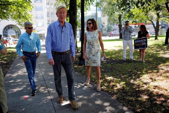 Libertarian presidential candidate Gary Johnson (L), vice presidential candidate Bill Weld (C), and Weld's wife Leslie arrive for a campaign rally in Boston, Massachusetts, U.S., August 27, 2016. REUTERS/Brian Snyder/Files