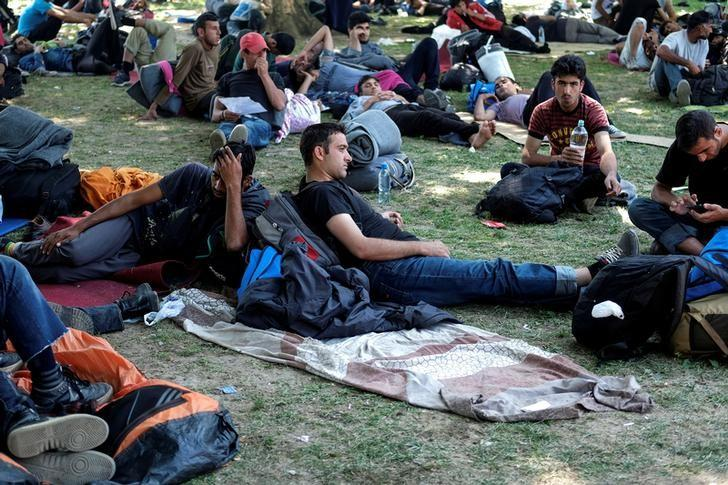 Migrants from the Middle East and Asia rest in a park before they start walking on their way to Hungary in Belgrade, Serbia, July 22, 2016. REUTERS/Marko Djurica/File Photo