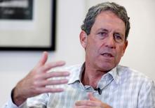 """El ministro de Economía de Perú, Alfredo Thorne, durante una entrevista con Reuters en su oficina en Lima, Perú. 23 de junio de 2016. Perú planea en su presupuesto del 2017 cambiar deuda pública en dólares a soles para """"enfrentar de una manera más sólida"""" una posible alza de tasas de interés en Estados Unidos, dijo el jueves el ministro de Economía, Alfredo Thorne. Perú planea en su presupuesto del 2017 cambiar deuda pública en dólares a soles para """"enfrentar de una manera más sólida"""" una posible alza de tasas de interés en Estados Unidos, dijo el jueves el ministro de Economía, Alfredo Thorne. REUTERS/Janine Costa"""