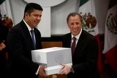 El secretario de Hacienda de México, José Antonio Meade (derecha), entrega el texto del proyecto de presupuesto para el 2017 al presidente de la Cámara de Diputados, Javier Bolaños, en Ciudad de México, México, 8 de septiembre de 2016.  REUTERS/Carlos Jasso