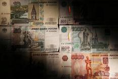 Рублевые купюры в Москве 30 сентября 2014 года. Рубль начал пятничные торги умеренным снижением на фоне коррекции нефтяных цен с двухнедельных максимумов, достигнутых в ответ на данные о рекордном падении запасов нефти в США. REUTERS/Maxim Zmeyev