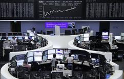 Los mercados europeos caían el viernes, presionados por el descenso de las empresas sanitarias, mientras que el último ensayo nuclear en Corea del Norte también sacudió a los mercados. En la foto, unos operadores en la Bolsa de Fráncfort el 7 de septiembre de 2016. REUTERS/Staff/Remote