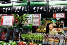 La inflación al consumidor de China se desaceleró a un 1,3 por ciento interanual en agosto, su menor ritmo desde octubre del 2015, por debajo de las expectativas del mercado, dijo el viernes la oficina de estadísticas. En la imagen, una mujer mira los carteles con los precios en un supermercado en Hangzhou el 9 de agosto de 2016.  China Daily/via REUTERS