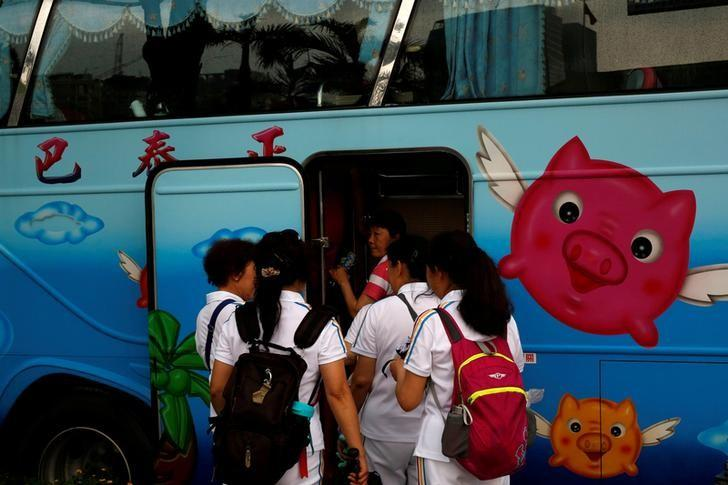 Tourists from China get on a tourist bus in Taipei, Taiwan May 5, 2016. REUTERS/Tyrone Siu/File Photo