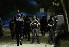 Policiais fazem operação perto de Paris ligada a carro abandonado.  8/9/2016. REUTERS/Christian Hartmann