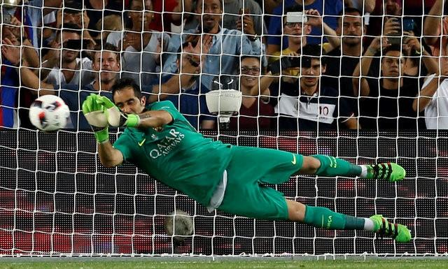 Barcelona v Sevilla - Spanish SuperCup second leg - Camp Nou stadium, Barcelona , Spain - 17/08/16 Barcelona's Claudio Bravo blocks a penalty against Sevilla. REUTERS/Albert Gea