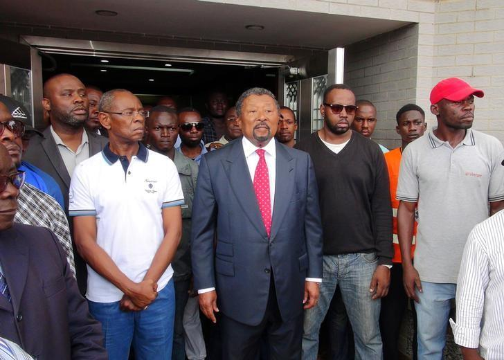 Gabonese opposition candidate Jean Ping greets supporters outside his campaign headquarters after proclaiming that he won the presidential election in Libreville, Gabon, August 28, 2016. REUTERS/Gerauds Wilfried Obangome