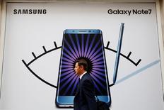 Un hombre camina al frente de una publicidad del teléfono Samsung Galaxy Note 7 en Londres, Gran Bretaña, 2 de septiembre de 2016.  REUTERS/Luke MacGregor