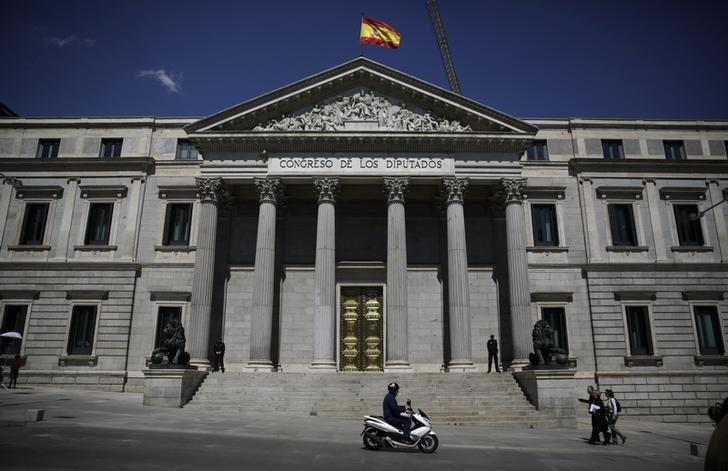 A Spanish flag waves over the Spanish parliament in Madrid April 8, 2014. REUTERS/Andrea Comas/Files