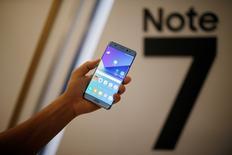 Смартфон Galaxy Note 7 на презентации в Сеуле 11 августа 2016 года. Акции Samsung Electronics Co Ltd упали до минимума почти двух месяцев в понедельник после того, как технологический гигант сообщил клиентам о необходимости выключить и сдать новые смартфоны Galaxy Note 7 из-за опасности возгорания аккумулятора. REUTERS/Kim Hong-Ji/File Photo