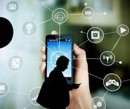 Les ventes du e-commerce en France ont poursuivi leur hausse à deux chiffres au premier semestre 2016, portées par les transactions opérées sur les places de marché et les appareils mobiles./Photo prise le 24 février 2016/REUTERS/Albert Gea