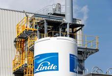 Логотип Linde Group на здании компании в Мюнхене. Немецкий поставщик промышленных газов Linde и его американский конкурент Praxair прекратили переговоры о слиянии, которые могли привести к созданию лидера на рынке стоимостью $60 миллиардов, сообщили компании в понедельник, обрушив акции Linde. REUTERS/Michaela Rehle
