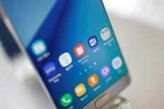 Un celular Samsung Galaxy Note 7, a la muestra en una tienda en Seúl, Corea del Sur. 2 de septiembre de 2016. Las acciones de Samsung se desplomaron el lunes a su menor nivel en casi dos meses, después de que el gigante tecnológico dijera a sus clientes que apaguen y devuelvan sus nuevos teléfonos Galaxy Note 7 debido a que sus baterías son propensas a incendiarse. REUTERS/Kim Hong-Ji/File Photo