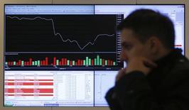 Информационный экран с данными об акциях в офисе Московской фондовой биржи. Российские фондовые индексы начали неделю со снижения, продолжая корректироваться после рекордов роста и на фоне бегства инвесторов от риска на мировых площадках, а бумаги ИнтерРАО не удержали максимум года, установленный с утра благодаря включению компании в индекс MVIS Russia. REUTERS/Maxim Shemetov