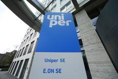 Логотип Uniper SE на здании в Дюссельдорфе. Инвесторы оценили энергетическую компанию Uniper в 3,9 миллиарда евро ($4,4 миллиарда) в понедельник, дав акционерам ее бывшей материнской компании E.ON возможность оценить потенциальные списания.  REUTERS/Ralph Orlowski