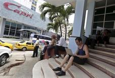 Personas usando internet vía Wi-Fi frente a un hotel en La Habana, Cuba. 18 de junio de 2015. El acceso a Internet en América Latina y el Caribe casi se duplicó en el último quinquenio, lo que da cuenta de un importante avance, aunque más de la mitad de los hogares aún no está conectado, mostró el lunes un informe de la CEPAL. REUTERS/Enrique de la Osa