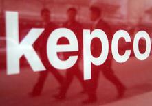 Le sud-coréen KEPCO discute avec Toshiba et Engie en vue d'une participation au projet NuGen de construction d'une centrale nucléaire en Angleterre. Le Financial Times rapporte lundi que Korea Electric Power Corporation (KEPCO) a repris les discussions sur NuGen, qui calaient depuis trois ans, et réfléchit à une prise de participation et à un rôle dans la construction d'une centrale nucléaire près de Sellafield, dans le nord-ouest de l'Angleterre. /Photo d'archives/REUTERS/You Sung-Ho