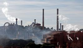 Pointé du doigt pour avoir déversé pendant des années des boues rouges dans la Méditerranée, le groupe Altéo s'est déclaré lundi confiant dans sa capacité à respecter d'ici 2021 les normes environnementales pour le rejet de ses effluents, objet d'une récente polémique entre Manuel Valls et Ségolène Royal. La direction ne s'inquiète pas davantage de la restructuration du groupe qui pourrait se séparer d'ici la fin de l'année de trois sites de production d'alumine, en France et en Allemagne, pour ne conserver que l'usine de Gardanne (photot). /Photo d'archives/REUTERS/Jean-Paul Pelissier