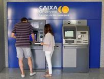 Repsol et Criteria Caixa, la holding propriétaire de Caixa Bank, ont convenu de vendre chacun une participation de 10% de Gas Natural au fonds d'investissement américain Global Infrastructure Partners (GIP). /Photo prise le 9 juin 2016/REUTERS/Heino Kalis