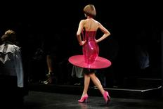 Modelo desfila coleção de Jeremy Scott em Nova York.  12/9/2016. REUTERS/Lucas Jackson