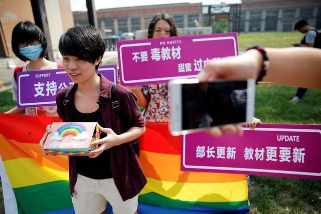 9月12日、同性愛者の中国人学生が、同性愛を精神障害と記述する教科書をめぐり教育省を相手取って訴訟を起こした。写真は提訴した女子学生(左から2番目)(2016年 ロイター/DAMIR SAGOLJ)