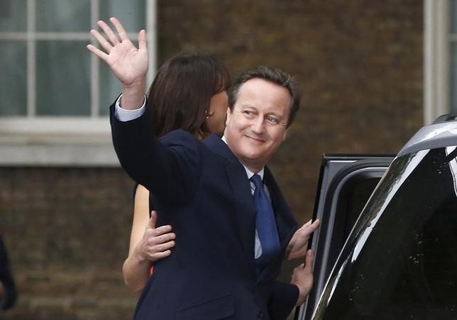 Britain's outgoing Prime Minister, David Cameron with his wife Samantha, waves in front of number 10 Downing Street, on his last day in office as Prime Minister, in central London, Britain July 13, 2016.  EUTERS/Peter Nicholls/File Photo