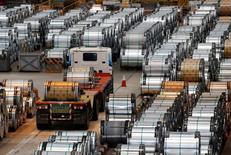 La producción industrial y las ventas minoristas de China crecieron más rápido de lo esperado en agosto, en momentos en que un mercado inmobiliario fuerte y un gran gasto en infraestructuras por parte del Gobierno apuntalan el crecimiento en la segunda economía más grande del mundo. En la imagen de archivo, un camión pasa junto a rollos de acero dentro de una fábrica de China Steel Corporation en Kaohsiung, al sur de Taiwán, el 26 de agosto de 2016. REUTERS/Tyrone Siu