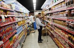 Consumidores miran los precios en un supermercado en Río de Janeiro, Brasil, 6 de mayo de 2016. Las ventas minoristas de Brasil cayeron poco más de lo esperado en julio, debido a que un aumento del desempleo y un reciente repunte en los precios de los alimentos limitó la demanda de  productos comestibles, mostraron datos el martes. REUTERS/Nacho Doce