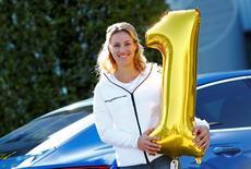 Campeã do U.S. Open e nova número 1 do mundo no tênis, Angelique Kerber, posa para fotos em Munique. 13/09/2016 REUTERS/Michaela Rehle