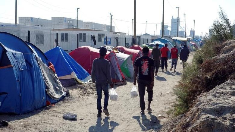 Migrants walk in the northern area of the camp called the ''Jungle'' in Calais, France, September 7, 2016.  REUTERS/Charles Platiau