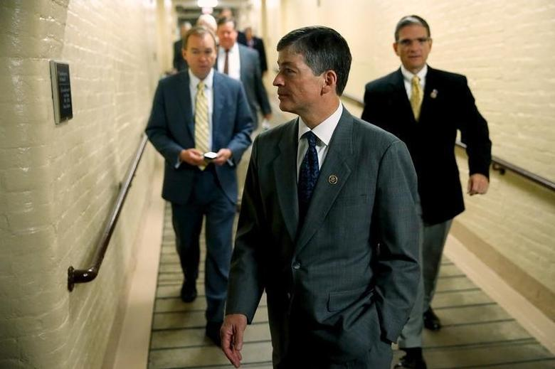 U.S. Representative Jeb Hensarling (R-TX) (C) arrives for a Republican caucus meeting at the U.S. Capitol in Washington, October 9, 2015.  REUTERS/Jonathan Ernst