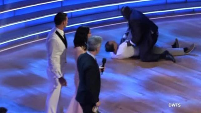 9月12日、リオ五輪で金メダルを獲得した米国の競泳五輪代表ライアン・ロクテ選手(写真左端)がABCのダンス番組「Dancing with the Stars」に出演したところ、同選手に抗議する男2人がステージに乱入した。2人は警備員に取り押さえられた。写真はロイターテレビの映像から(2016年 ロイター)