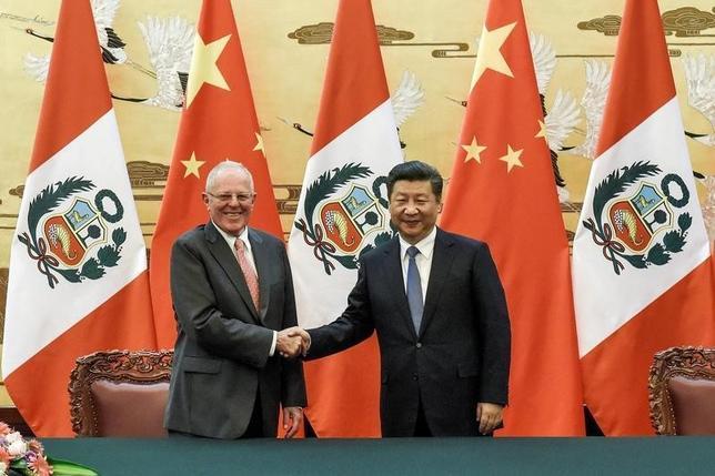 9月13日、ペルーのクチンスキ大統領(写真左)は、ブラジルからアジアへの製品出荷コストを大幅に削減できるとして中国が提案している南米大陸横断鉄道は、建設費があまりに高額なうえ、環境に害を与える可能性があると懸念を示した。写真右は習近平国家主席。北京・人民大会堂で撮影(2016年 ロイター/Etienne Oliveau)