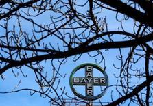 El grupo alemán de químicos y cuidado de la salud Bayer AG anunciaría el miércoles la compra de la compañía de semillas estadounidense Monsanto Co por más de 66.000 millones de dólares, cerrando el mayor acuerdo del año, dijeron personas con conocimiento del tema. En la foto de archivo, el logo de Bayer AG en la sede de la compañía en Wuppertal. REUTERS/Ina Fassbender/