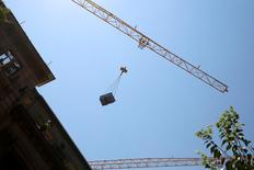 El consumo de cemento en España acumula desde enero un descenso del 2,8 por ciento hasta 7,4 millones de toneladas, dijo el miércoles la patronal del sector Oficemen. En esta imagen de archivo, un trabajador mueve una grúa en una obra en el centro de Madrid, el 27 de julio de 2016.  REUTERS/Sergio Perez