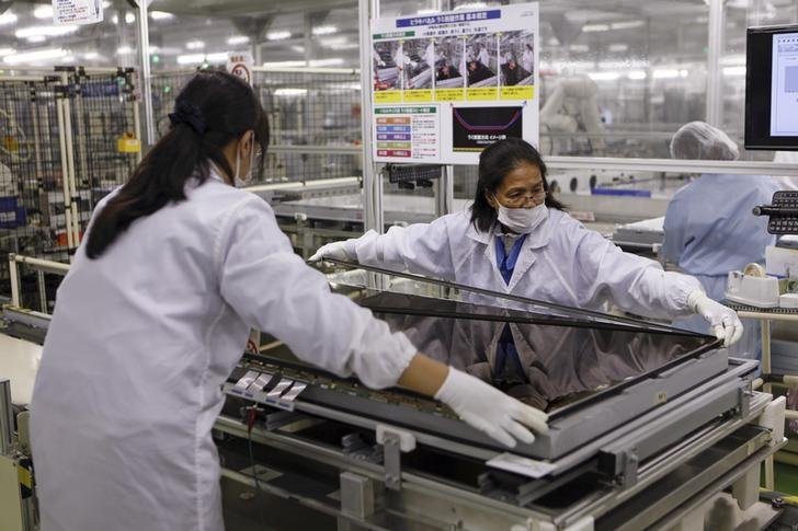 Women assemble an Aquos television at Sharp Corp's Tochigi plant in Yaita, north of Tokyo, November 19, 2015.   REUTERS/Reiji Murai/File Photo