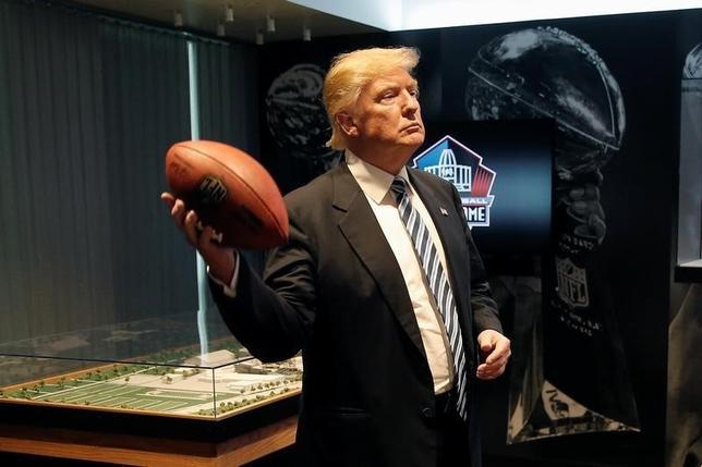 9月14日、米大統領選の共和党候補ドナルド・トランプ氏の選挙戦アドバイザーは、トランプ氏の健康状態について、少し減量すればなお可だが、それ以外の点では状態は非常に良いとの認識を示した。オハイオ州のフットボール場で撮影(2016年 ロイター/Mike Segar)