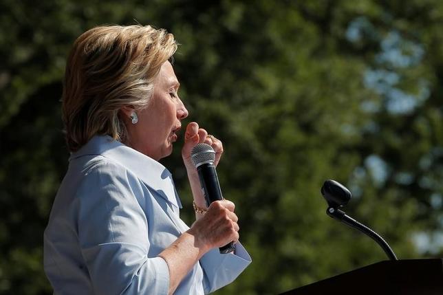 8月12日、民主党の大統領候補ヒラリー・クリントン氏が肺炎で倒れたことは、米国の有権者がめったに気にすることのない問題に光を当てた。写真は5日、米オハイオ州クリーブランドで行われた演説中に咳をするクリントン氏(2016年 ロイター/Brian Snyder)