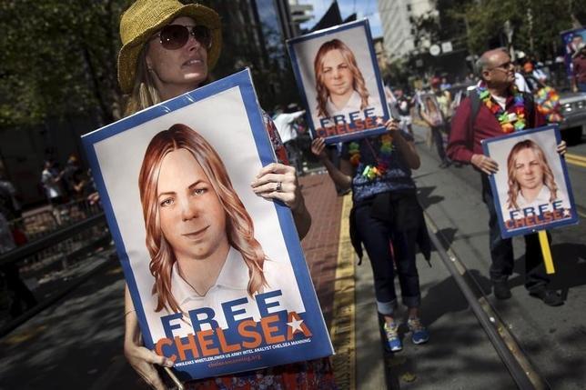 9月14日、「ウィキリークス」に機密文書を提供し、米軍法会議で禁錮35年の判決を受けて服役中の陸軍兵士チェルシー・マニング受刑者について、米軍は女性への性転換手術を認める方針を示した。マニング受刑者の釈放を求める人々、2015年、サンフランシスコの同性愛者パレードで撮影(2016年 ロイター/Elijah Nouvelage)