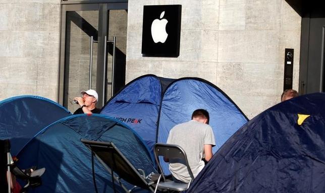 9月14日、米アップルは、16日から発売される新型スマートフォン「iPhone(アイフォーン)7プラス」の全世界の初回出荷分が予約注文で完売したと発表した。写真はドイツ・ベルリン市内のアップルストア前で、テントを張り「iPhone7」購入を待つ人々。12日撮影(2016年 ロイター/Fabrizio Bensch)