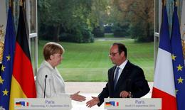 French President Francois Hollande (R) and German Chancellor Angela Merkel attend a joint news conference ahead of the upcoming EU summit at the Elysee Palace in Paris, France, September 15, 2016.  REUTERS/Philippe Wojazer